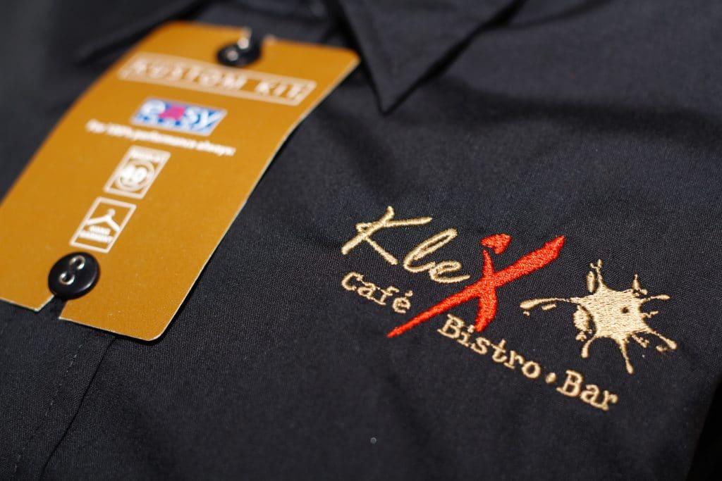 Schwarzes Hemd mit hochwertiger Bestickung für Mitarbeiter